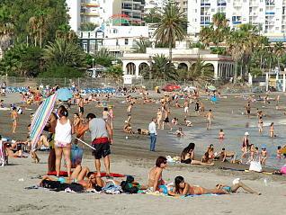 El agua de la playa de Los Cristianos, bajo vigilancia