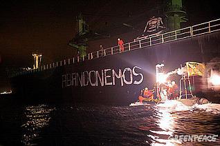 Activistas de Greenpeace abordan un barco carbonero en protesta por el cambio climático