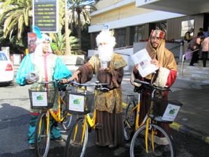 Los Reyes Magos visitan el ayuntamiento en bicicleta y piden un carril-bici en la ciudad